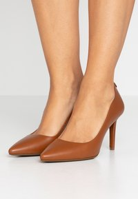 MICHAEL Michael Kors - DOROTHY FLEX - Classic heels - luggage - 0
