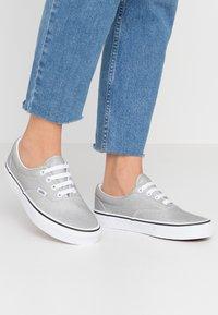 Vans - ERA - Sneakersy niskie - silver/true white - 0