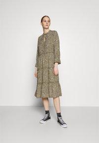 Vero Moda - VMFELICITY 7/8 CALF DRESS  - Vestido informal - ivy green/felicity - 0