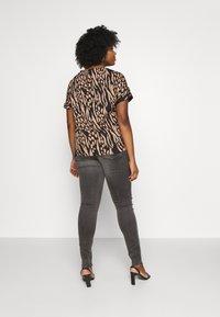 Zizzi - LONG AMY - Jeans Skinny Fit - grey denim - 2
