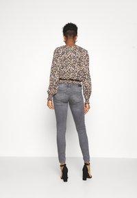ONLY - ONLCORAL LIFE  - Jeans Skinny Fit - medium grey denim - 2