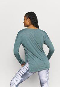 Nike Performance - DRY LAYER  - T-shirt sportiva - hasta/heather/light pumice/dark teal green - 2