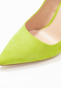 Miss Selfridge - CATERINAPOINTED STILETTO COURT - Højhælede pumps - lime - 2