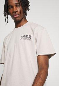 Edwin - HOKUSAI NOH MASKS UNISEX - Print T-shirt - silver cloud - 5