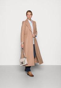 IVY & OAK - CAECILIA - Klasyczny płaszcz - camel - 1