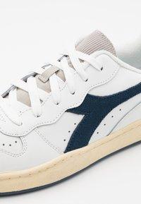 Diadora - BASKET USED UNISEX - Zapatillas - white/blue dark denim - 5