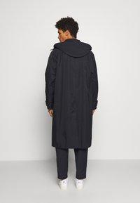 Gloverall - REVERSABLE OVERCOAT - Zimní kabát - navy - 2