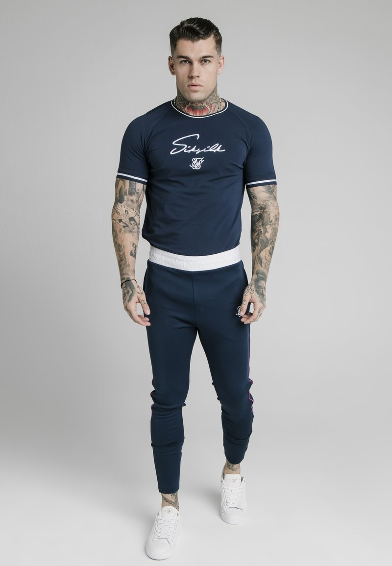 SIKSILK - SIGNATURE PIPED TECH TEE - T-shirt z nadrukiem - navy
