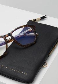 QUAY AUSTRALIA - HARDWIRE  BLUE LIGHT - Sluneční brýle - tort/clear - 2