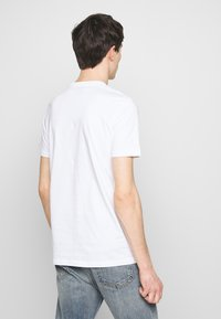 PS Paul Smith - SLIM FIT COFFIN - T-shirts med print - white - 2