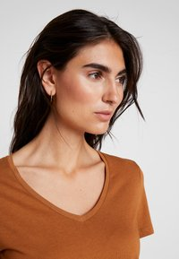 Cream - NAIA - Basic T-shirt - bronzed - 4