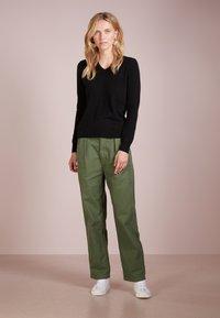 pure cashmere - V NECK - Jumper - black - 1
