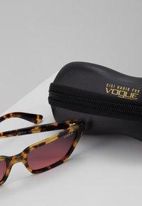 VOGUE Eyewear - GIGI HADID - Aurinkolasit - brown yellow tortoise - 3