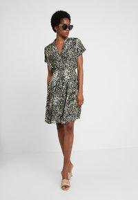 Dorothy Perkins - CRISSY CAMO SHORT SLEEVE DRESS - Skjortekjole - khaki - 2