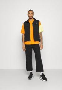 Hummel Hive - UNISEX - T-shirt imprimé - carrot - 1