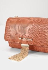 Valentino by Mario Valentino - PICCADILLY - Across body bag - ruggine - 4