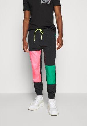 PANTALONE - Tracksuit bottoms - nero/verde/rosa