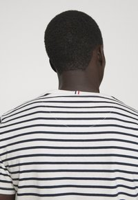 Les Deux - SAILOR  - Print T-shirt - off white/dark navy - 4