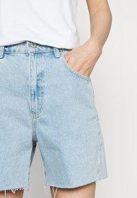 Abrand Jeans - A CLAUDIA CUT OFF - Shorts di jeans - walk away - 3