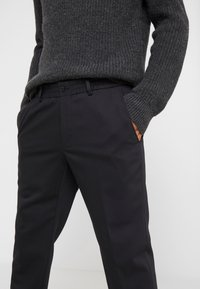 KARL LAGERFELD - TROUSERS CHASE - Trousers - black - 3