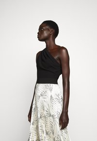 Victoria Victoria Beckham - OFF SHOULDER BACKLESS DRESS - Vestito elegante - dunes - 3