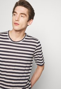 120% Lino - STRIPE - T-shirt imprimé - grey - 3