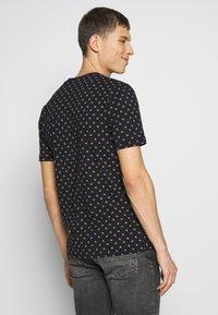 Scotch & Soda - CLASSIC CREWNECK TEE - T-shirt med print - combo - 2