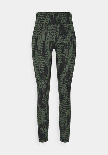 ICONIC PRINTED 7/8 - Leggings - survive dark green