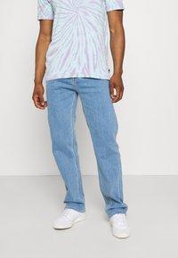 Calvin Klein Jeans - 90'S STRAIGHT LOGO WAISTBAND - Džíny Straight Fit - denim medium - 0
