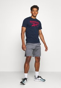 Reebok - STACKED TEE - T-shirt imprimé - motred/excred - 1