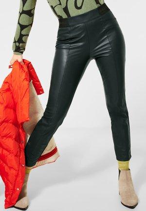 MIT BESCHICHTUNG - Trousers - grün