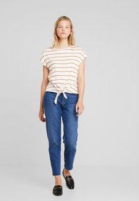 KIOMI - Print T-shirt - off-white/cognac - 1