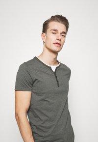 Pier One - T-Shirt basic - mottled olive - 3