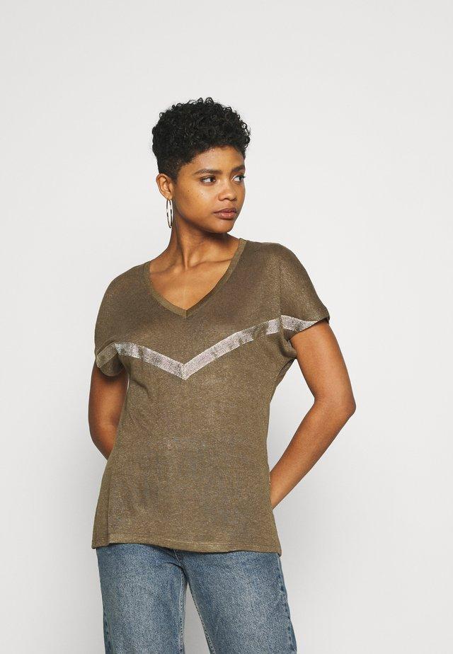 ONYRITA PREPPY - T-shirt imprimé - kalamata/gold