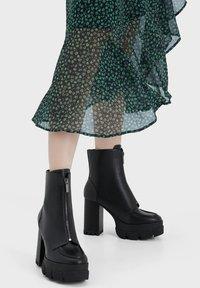 Bershka - Kotníková obuv na vysokém podpatku - black - 0