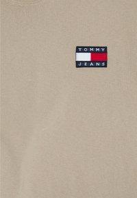 Tommy Jeans - BADGE TEE - T-shirt imprimé - soft beige - 2