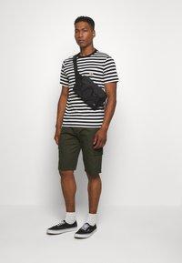 Newport Bay Sailing Club - CARTEL - Shorts - khaki - 1