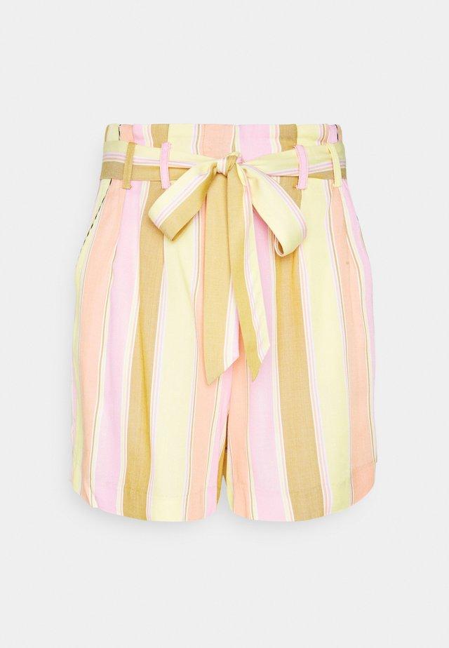 NUCAMELLIA - Shorts - snapdragon