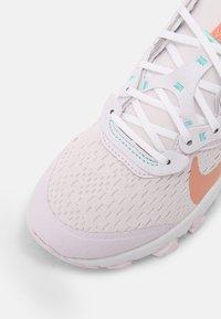 Nike Sportswear - NIKE REACT VISION UNISEX - Sneakers basse - light violet/crimson bliss/white/metalic platinum - 6