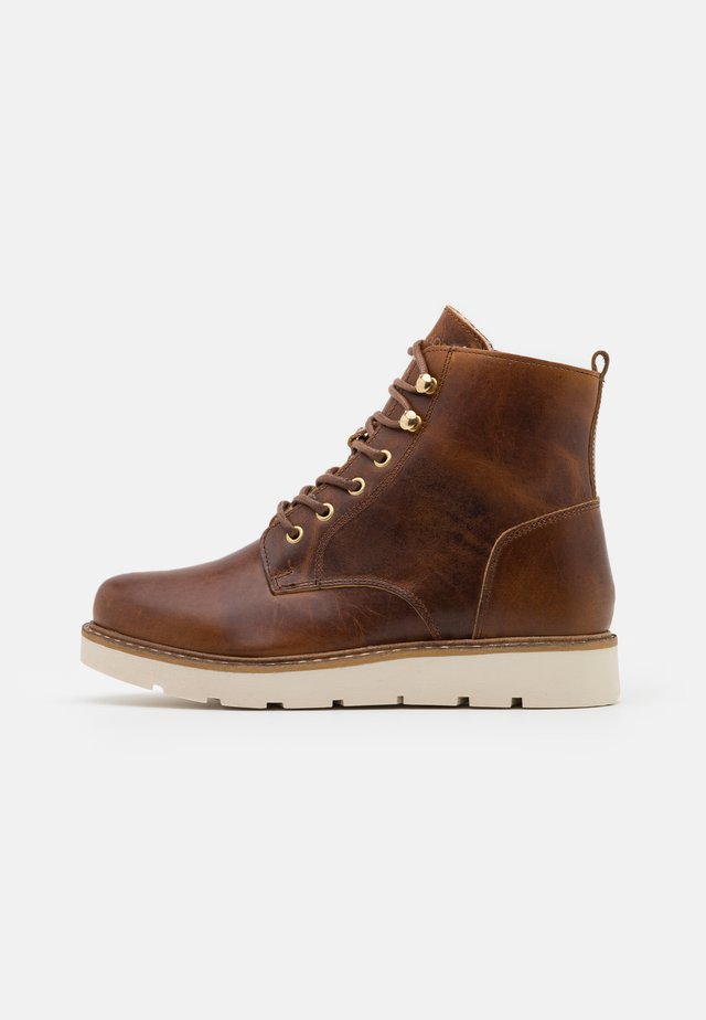 VMBETTY BOOT WIDE - Enkellaarsjes met plateauzool - friar brown