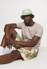 Nike Sportswear - Shorts - medium olive/medium olive/(white) - 3
