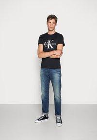 Calvin Klein Jeans - ICONIC MONOGRAM SLIM TEE - Triko spotiskem - black - 1