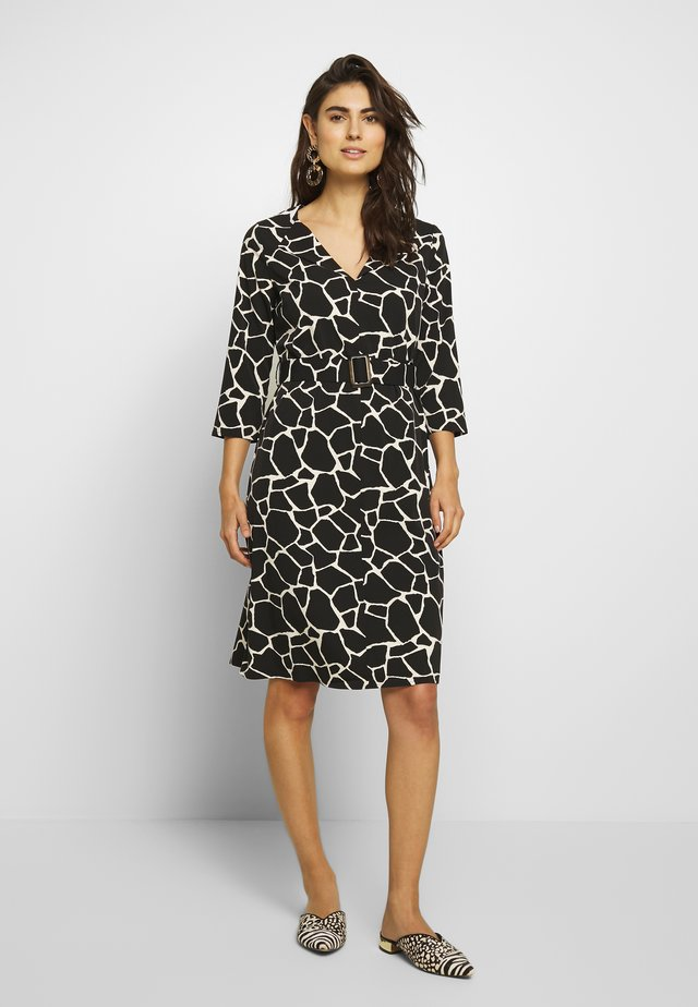 PRINTED V-NECK DRESS WITH BELT - Korte jurk - white