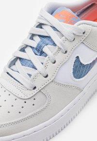 Nike Sportswear - AIR FORCE LV8 FRESH AIR - Trainers - pure platinum/indigo fog/white/hyper crimson - 5