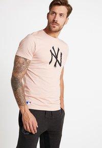 New Era - MLB NEW YORK YANKEES SEASONAL TEAM LOGO TEE - Club wear - mottled pink - 0