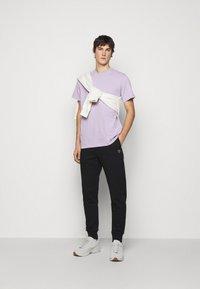 ARKK Copenhagen - BOX LOGO TEE - Basic T-shirt - wisteria - 1