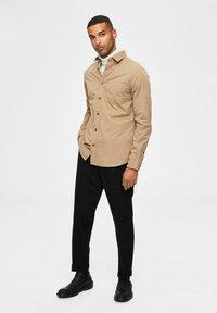 Selected Homme - REGULAR FIT - Overhemd - petrified oak - 1