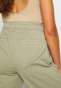 ONLY - ONLCAROLINE CARROT PANT - Bukse - silver sage - 3