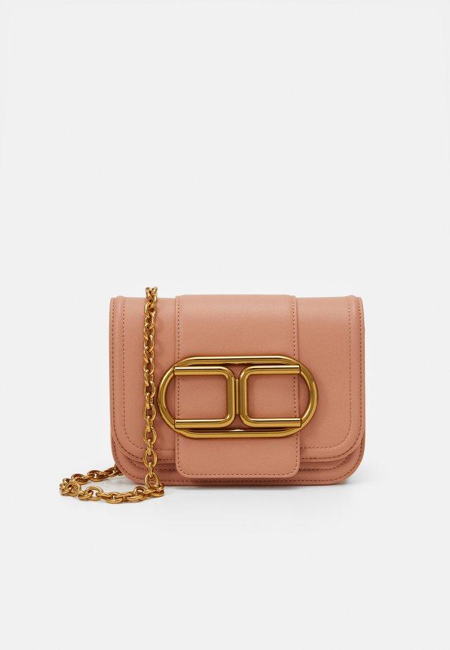 SADDLE LOGO CROSSBODY WITHIN CHAIN - Across body bag - rose gold