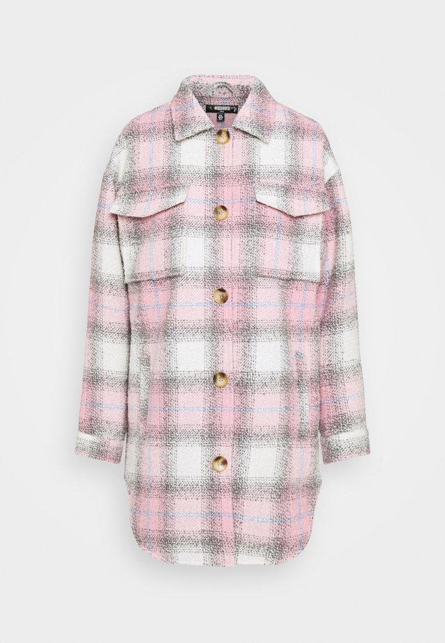 OVERSIZED CHECK SHACKET - Klassinen takki - pink